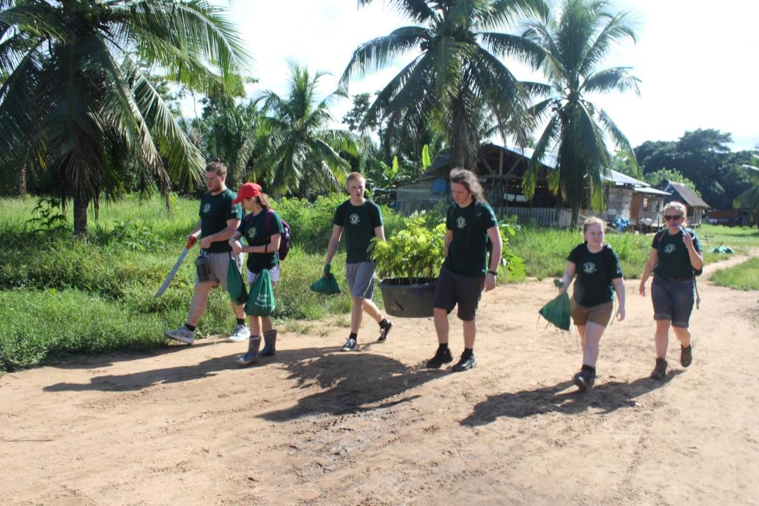 Volontärer på vårt naturskyddsprojekt i Amazonas regnskog hjälper till på modelljordbruket.